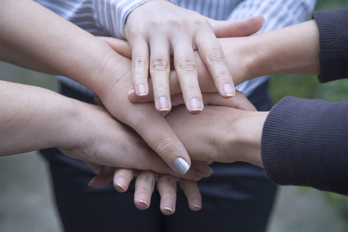 SYNOPSIS RH c'est avant tout une approche humaniste qui place l'humain au cœur de l'entreprise, qui adopte une démarche compréhensive et qui prend en compte les enjeux humains, organisationnels et économiques du monde de l'entreprise.